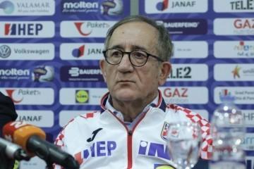 Dan nakon velike pobjede izbornik Lino Červar morao odgovarati na novinarske provokacije o igraču koji je odbio igrati za Hrvatsku!