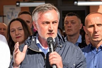 Škoro: 'Mogu mahati kojim god hoće prstima, ali kad mi dođemo na vlast, dobit će po njima'