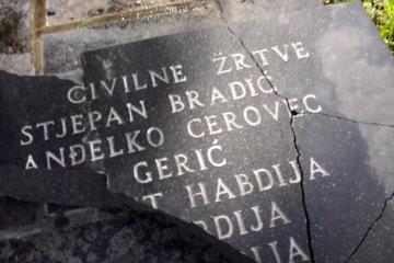 (VIDEO) Nakon Milanovićevog vrijeđanja ubijenih HOS-ovaca: Spomen-ploča pripadnicima HOS-a uništena kod Križevaca