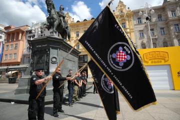 'ZA DOM SPREMNI' ODZVANJALO TRGOM: HOS-ovci sa zastavama u rukama pjevali, prišla im Zagrepčanka: 'Svaka vam čast'