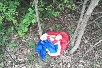 Pocijepana zastava hrvatskoga naroda na spomeniku poginulim hrvatskim braniteljima na Vidaku