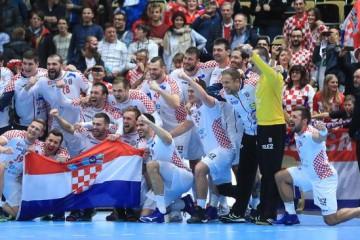 (VIDEO) IDEMO HRVATI -Svi na Trg bana Jelačića u 12, 30! Sprema se veliki doček naših rukometnih heroja!…