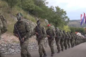 (VIDEO) Pogledajte dolazak 43 polaznika obuke za razvoj vođa u Knin nakon 88 kilometara duge hodnje