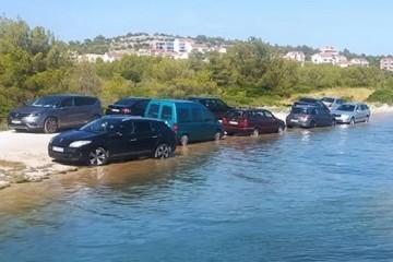 PRVI RED U MORU Genijalci u Šibeniku: 'Jesu li ovi parkirali ili peru aute mukte?!'