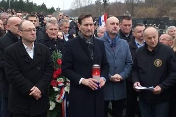 (FOTO) Kovač, Stier i Tolušić odali počast junaku Domovinskog rata Damiru Tomljanoviću Gavranu