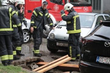 Brojne intervencije vatrogasaca nakon nevremena u Slavoniji, za danas izdan crveni alarm, moguće poplave