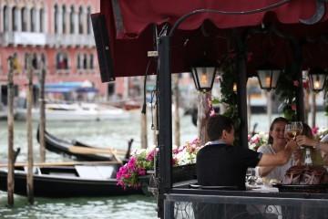 Italija popušta mjere, Nizozemska ukida nošenje maski