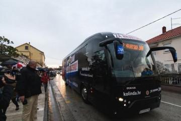 Autobus K. Grabar-Kitarović oštetio auto na cesti. Vozačica ogorčena: Nitko nije stao