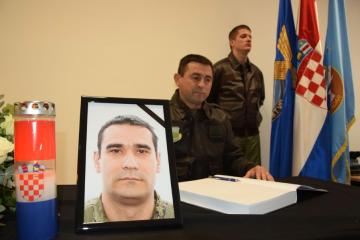 U vojarni 'Pukovnik Mirko Vukušić' otvorene Knjige žalosti za poginule hrvatske pilote
