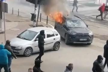 NEREDI NA KOSOVU: Krenula akcija protiv švercera,   Srbi izašli na ulice, Ranjeni muškarac bori se za život, kamenovana policija uzvratila šok-bombama.
