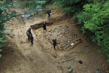 U masovnoj grobnici u Križanovom jarku već drugi dan iskapanja pronađene kosti najmanje 82 žrtve