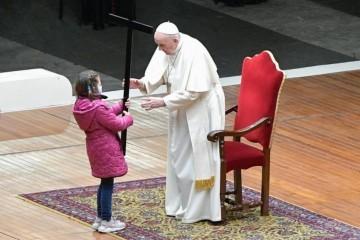Papa Franjo predvodio križni put ispred bazilike sv. Petra, molitve napisala djeca i mladi