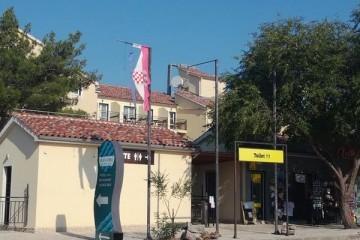 Oštečena i poderana državna zastava na službenom ulazu u Nacionalni park Krka