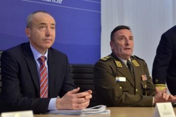 Božićne i novogodišnje čestitke ministra Krstičevića i generala Šundova