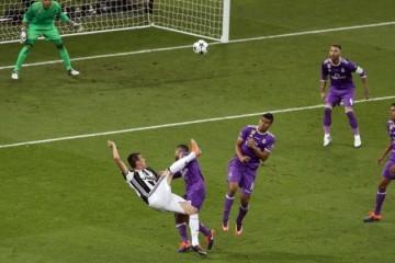 (VIDEO) France Football prekrasan gol Marija Mandžukića uvrstio među najljepše u povijesti Lige prvaka