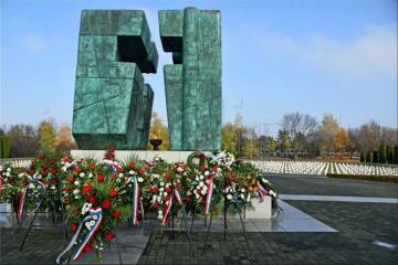 Na Memorijalnom groblju u Vukovaru položeni vijenci i zapaljene svijeće