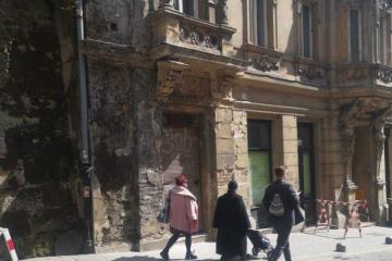 Ovo je derutna zgrada u centru Zagreba, svaki čas će se odlomiti nosač koji drži balkon. Vatrogasci i Grad: nismo nadležni