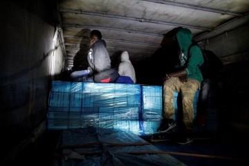 Policija kod Lovinca zaustavila slovenski šleper, a u njemu 156 ilegalnih migranata iz Pakistana, Sirije i Afganistana