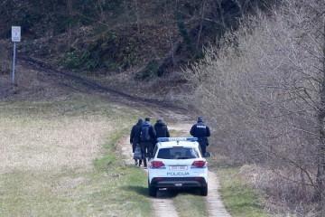 Policija u centru Gospića pronašla   17 migranata, kasnio im prijevoz
