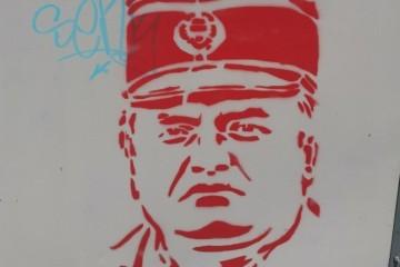 OSVANULI GRAFITI RATNOG ZLOČINCA! Podrška mu ne jenjava i poslije doživotne presude: Srbi i dalje tetoviraju Mladićev lik!
