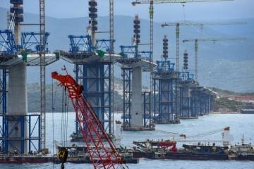Postavljeno više od polovice Pelješkog mosta, do rujna će biti gotova čitava rasponska konstrukcija: Pogledajte stanje na gradilištu