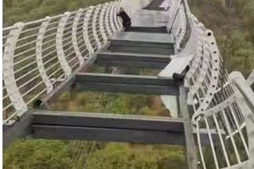 ZASTRAŠUJUĆE Vjetar uništio dijelove mosta u Kini, turist se grčevito držao za ogradu: 'Kao iz noćne more!'