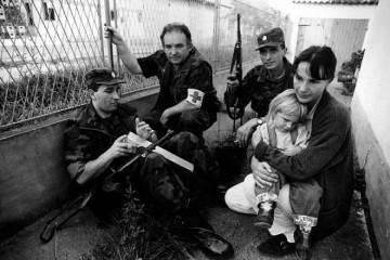 MAJKA NADA I MALENA TEA U BIJEGU OD METAKA: Evo što skriva fotografija španjolskog ratnog reportera