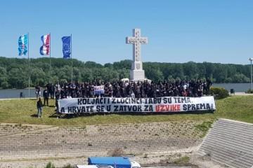 NAVIJAČI KOD VUKOVARSKOG KRIŽA Desetine mladića   razvile transparent podrške privedenima iz Borova