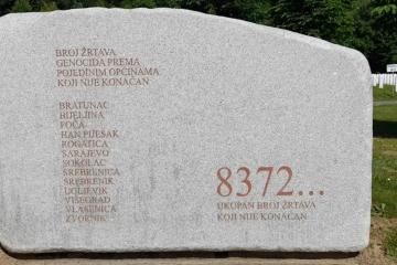 Stotine ljudi pristižu u Srebrenicu na komemoraciju za žrtve genocida