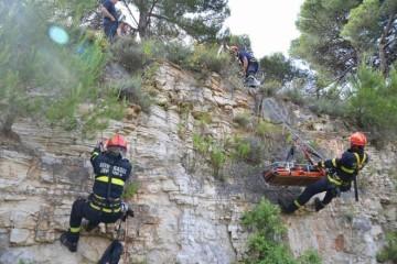 Šesnaestogodišnjak pao u provaliju, prijatelji pobjegli: 12 vatrogasaca izvlačilo ga u krugu bivše tvornice Dalmacija Dugi Rat
