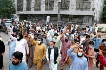 KRŠ I LOM U PAKISTANU  Vlast priprijetila da će ljudima blokirati mobitele ako se ne cijepe, odmah nastao kaos