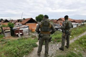 """POLICIJA O STANJU U ROMSKOM NASELJU Otkrili koliko su oružja pronašli u Paragu ove godine: 'Najoštrije odbacujemo navode da se počinitelje 'ne dira"""""""