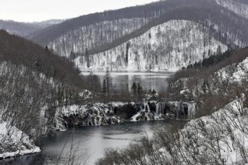 Bura prevrnula prikolicu na A1, na Plitvicama 30-ak centimetara snijega, doznali smo i kakvo vrijeme očekuje Dalmaciju
