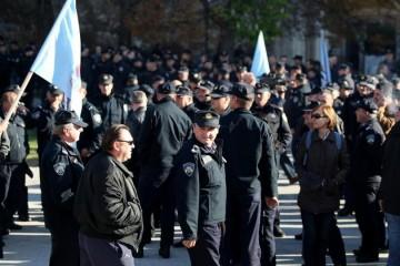 Policija uhitila skupinu koja je radila lažne putovnice i dokumente, među njima i dvojica policajaca koja su krali podatke iz MUP-a