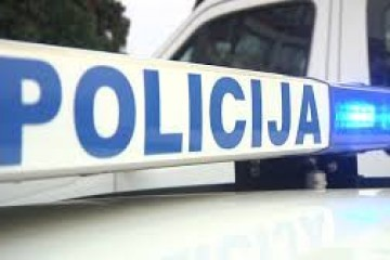 Brutalno ubojstvo u Omišu: u automobilu propucan 38-godišnjak; S djevojkom je sjedio u parkiranom vozilu i jeo kada im je prišao motociklist u crnom i ispalio mu metak u glavu