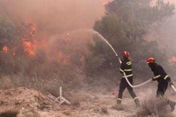 Strašan požar u trogirskom zaleđu: Tri kanadera i helikopter u akciji gašenja, mještanima obližnjih sela isključena struja