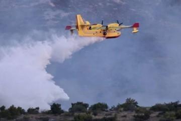 Požar kod Segeta Gornjeg od jutros gase i zračne snage