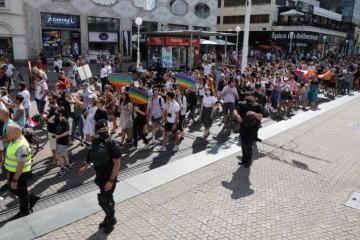 Homoseksualna povorka: Zašto je policija privela dvoje maloljetnika sa 'simboličnim porukama nepodržavanja povorke'?