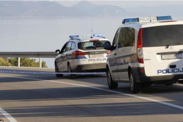 Stravična nesreća na Korčuli: Poginuo mladi policajac izvan službe, jedna osoba teško ozlijeđena