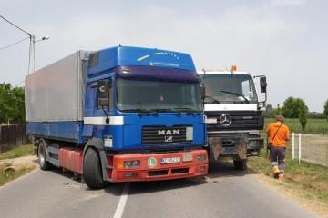 Traktor s prikolicom završio u grabi, sudar dva kamiona zapriječio prolaz prometnicom