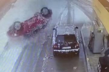 Pijani vozač automobilom doslovno proletio kroz benzinsku, kupac se spasio u zadnji čas