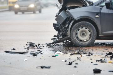 Bježao od policije 135 km/h i zaletio se u kamion. U autu s njim bile majka i curica (10)