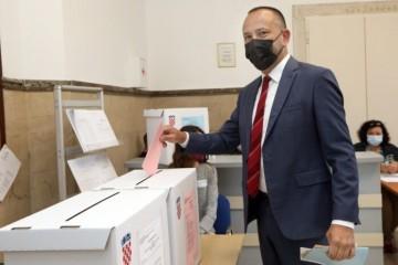 ŠIBENIK: Na biračka mjesta izašli kandidati za gradonačelnika Hrvoje Zekanović i Tonči Restović