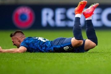 Slovaci iskoristili igrača više i uzeli važna tri boda protiv Poljske Treći poljski crveni karton u povijesti Eura koštao ih je tri boda.