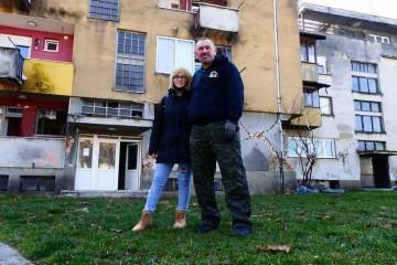 Snježana i Ivica ispred zgrade koja će uskoro postati hrpa bezlične mase
