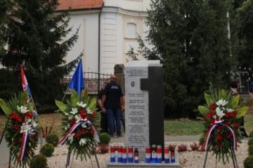 NAJMLAĐI JE IMAO SAMO 18 GODINA: Podignut spomenik petorici mladih branitelja