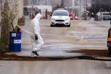 Apokaliptični prizori iz Splita: Policija zatvorila ulicu iz koje se izlijeva neindentificirana tekućinja, sumnja se na kiselinu koja nagriza kožu, dišne i probavne organe