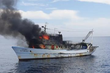 Zapalila se koča u šibenskom akvatoriju, tročlana posada broda skakala je u more