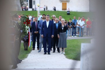 MILANOVIĆ BEZ ZADRŠKE U POVIJESNOM HRVATSKOM GRADU: Mi ostajemo tu gdje jesmo, hrvatski narod u maloj, ali posebnoj državi!