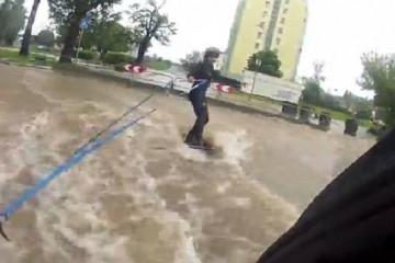 VIDEO: Surfala po ulicama poplavljenog grada, vukao je automobil